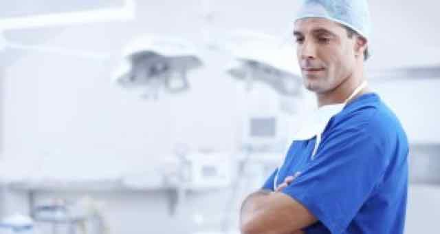 médico triste por morte encefálica