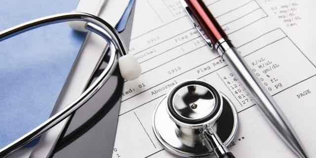 estetoscópio em cima de prescrição médica