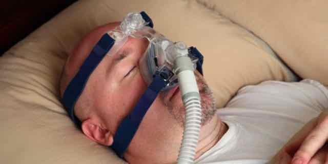 paciente usando cpap para dormir