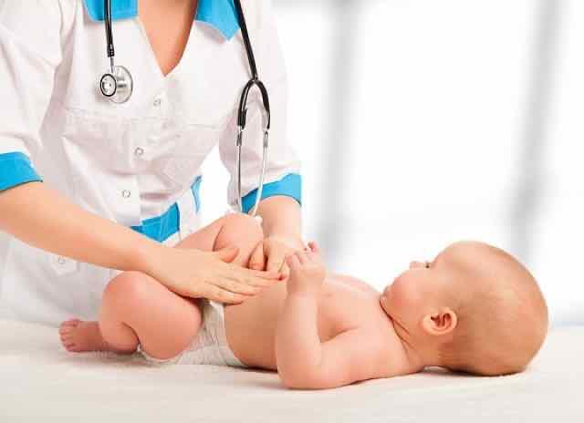 bebê sendo consultado