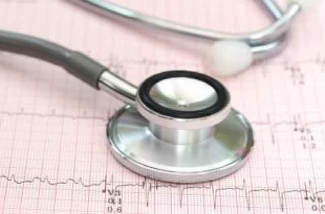 estetoscopio sobre um eletrocardiograma