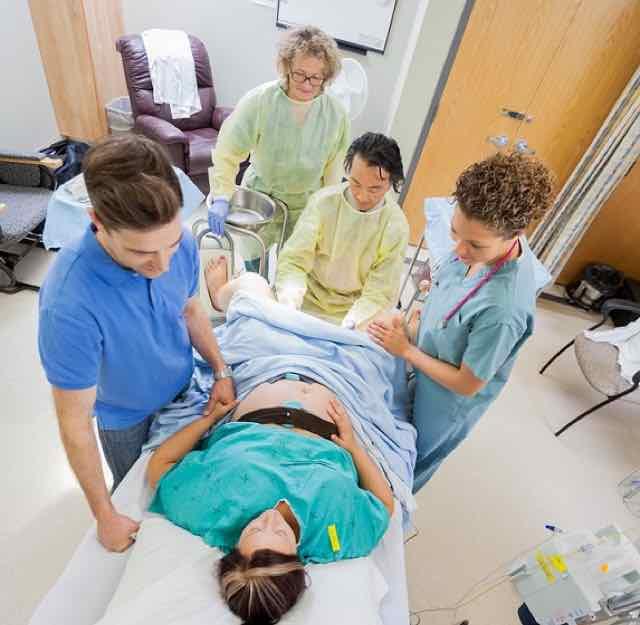 médicos realizando parto