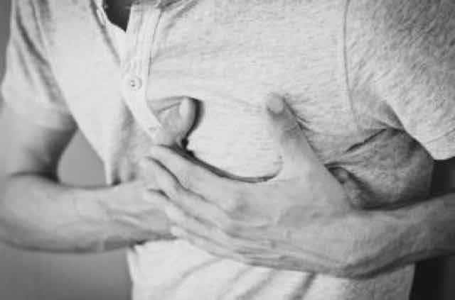 homem segurando o peito