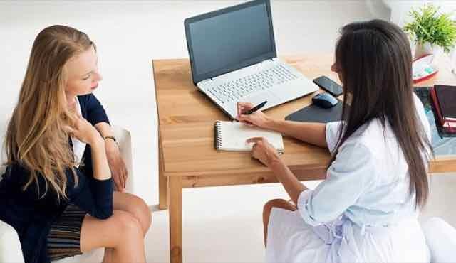 mulher na consulta com a médica