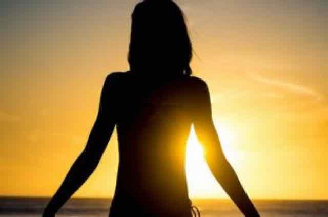 mulher no por do sol
