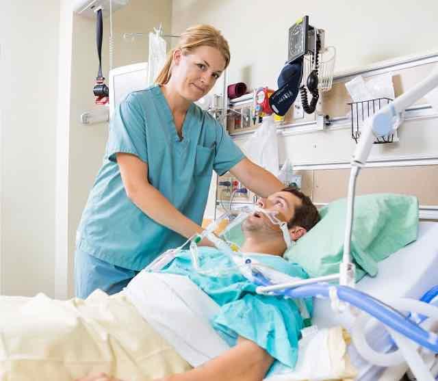 enfermeira ajudando paciente