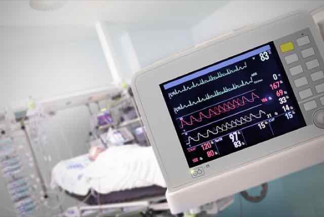 paciente na UTI sendo monitorado