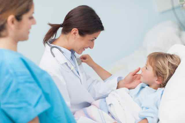médica olhando para paciente criança