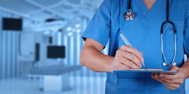 médico prescrevendo