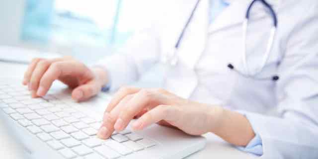 médico digitando