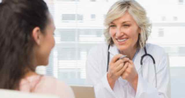 médica feliz atendendo paciente