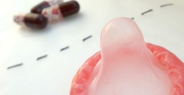 preservativo aberto em cima da mesa