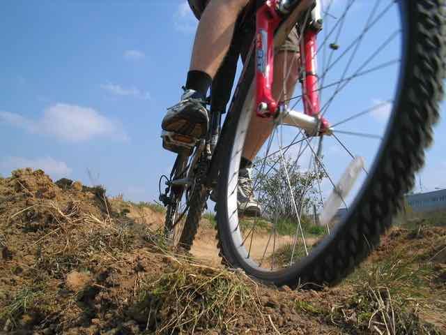 ciclista andando de bicicleta