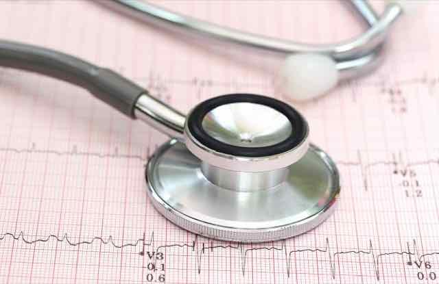 eletrocardiograma com estetoscopio