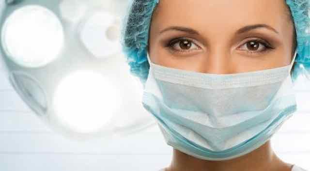 medica com mascara de cirurgia