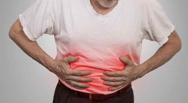 homem com dores na barriga