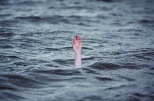 mão submersa na água