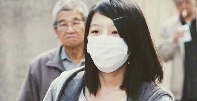 mulher com mascara