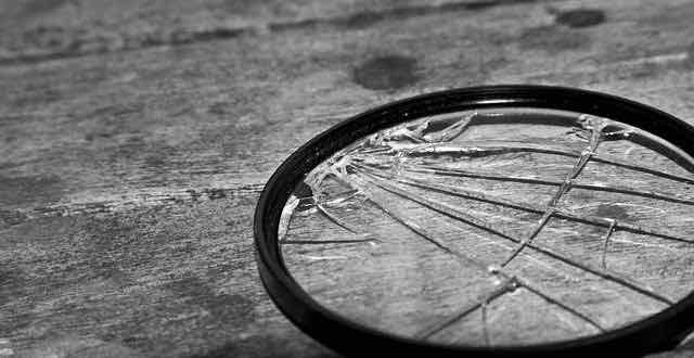 lente quebrada em cima da mesa