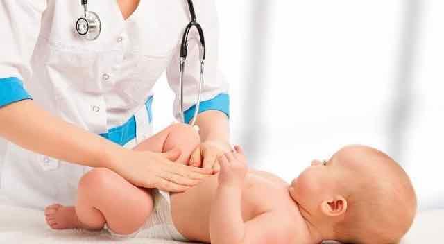 medica examinando bebe
