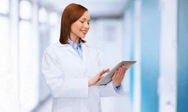 medica feliz usando um tablet