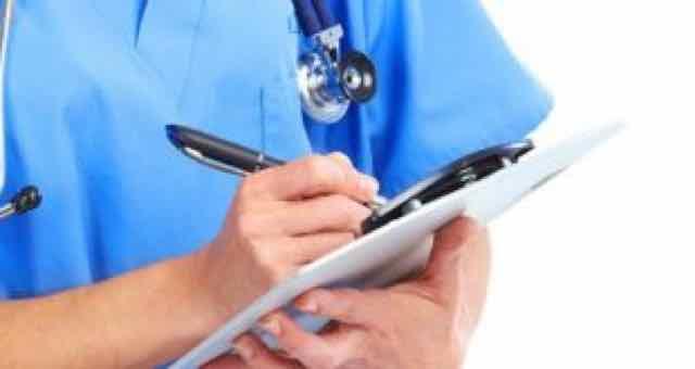 medico anotando em uma prancheta