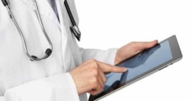 medico usando um tablet com fundo branco