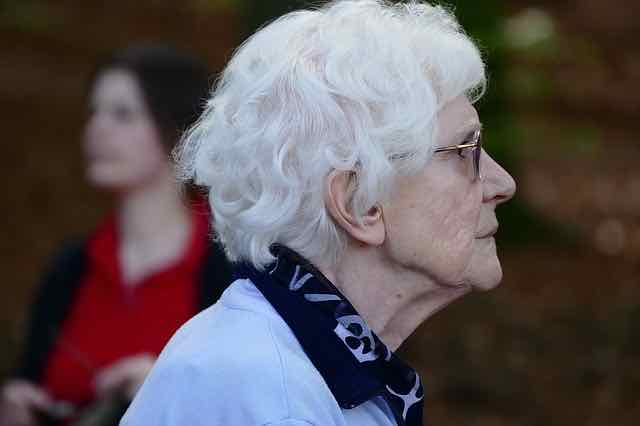 mulher idosa de perfil