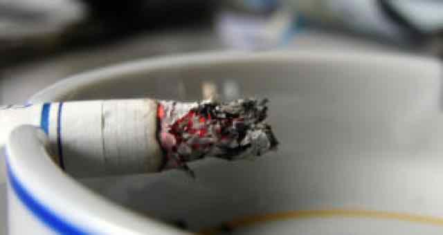 cigarro no cinzero
