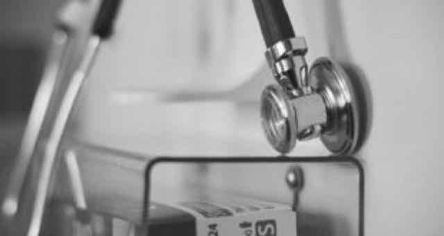 estetoscopio em preto e branco