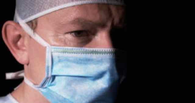 cirurgiao no fundo preto