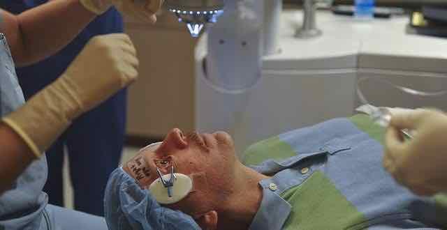 paciente iniciando cirurgia nos olhos