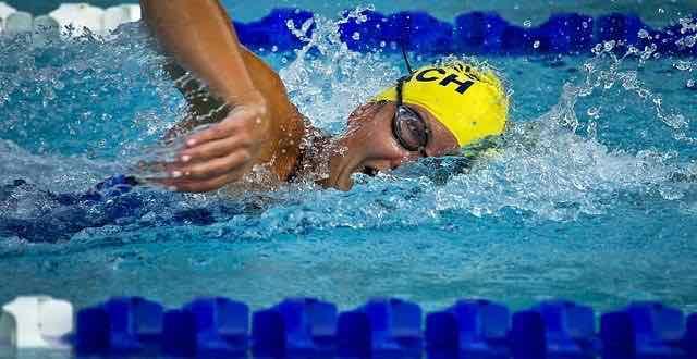 homem nadando