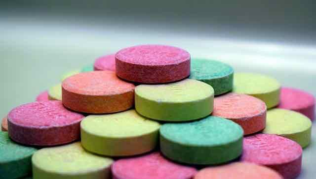 pílulas coloridas empilhadas