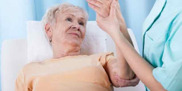 paciente idosa sendo consultada