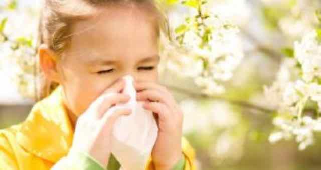 criança assoando o nariz