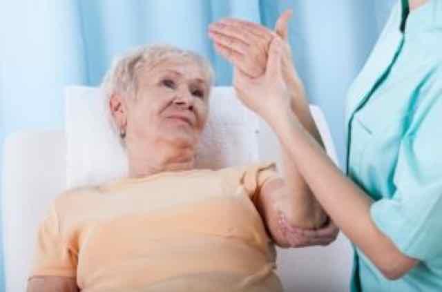 senhora com dor no braço