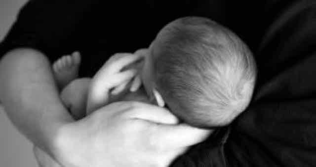 adulto segurando um bebê no colo