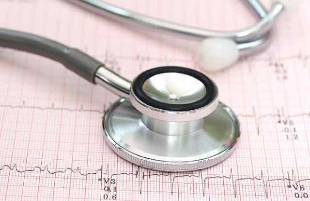 eletrocardiograma e um estetoscopio