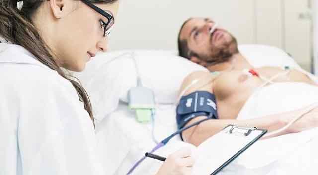 médica medindo a pressao arterial de paciente na UTI