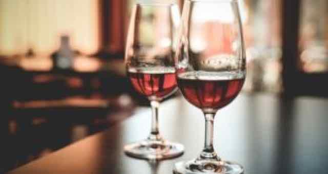 duas taças de vinho no bar