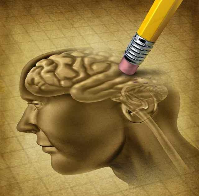 cerebro sendo apagado com borracha