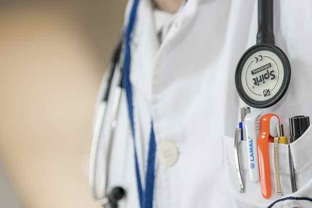 jaleco de medico com estetoscopio