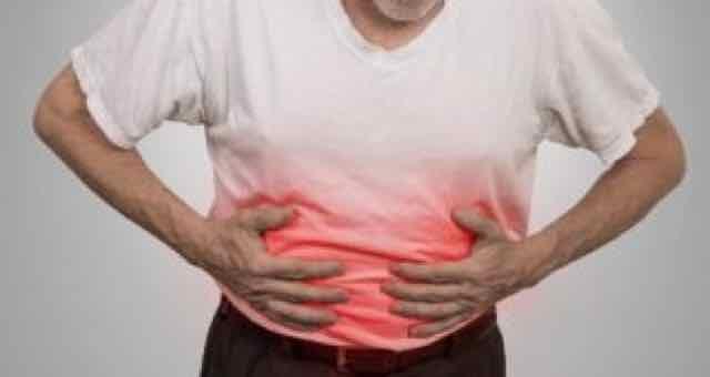 homem com dor na barriga