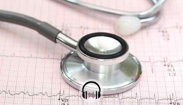 estetoscópio por cima de um ECG