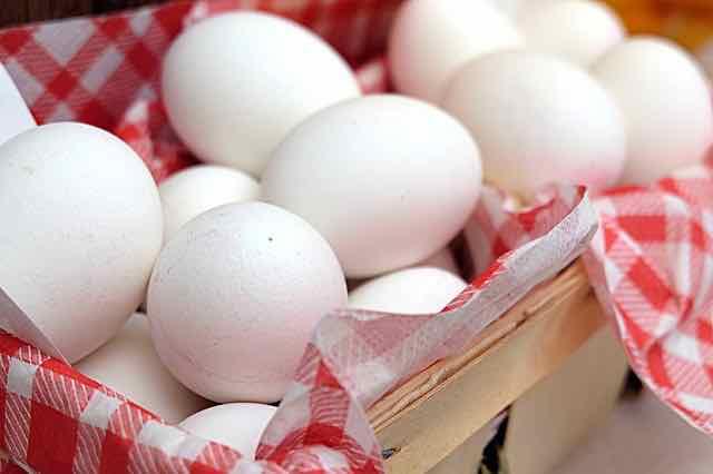 ovos brancos em uma cesta