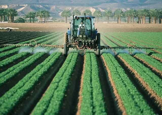 trator liberando pesticida na plantação