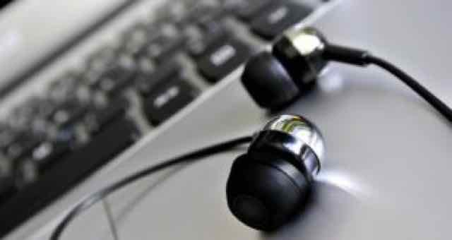 fones de ouvido em cima de um laptop
