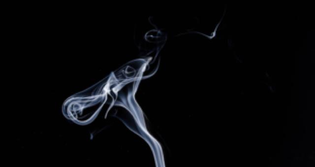 fumaça de cigarro no fundo preto