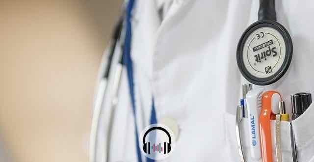 jaleco medico e um estetoscopio